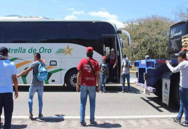 Normalistas de la Rural de Ayotzinapa retienen 5 autobuses