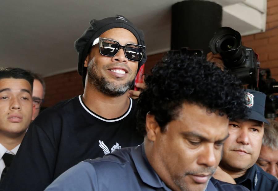 Ronaldinho abandona la Fiscalía de Paraguay por caso de documentos falsos
