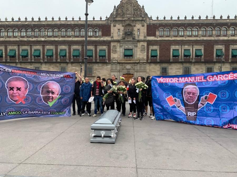 Aficionados de Cruz Azul se manifiestan contra Garcés en el Zócalo