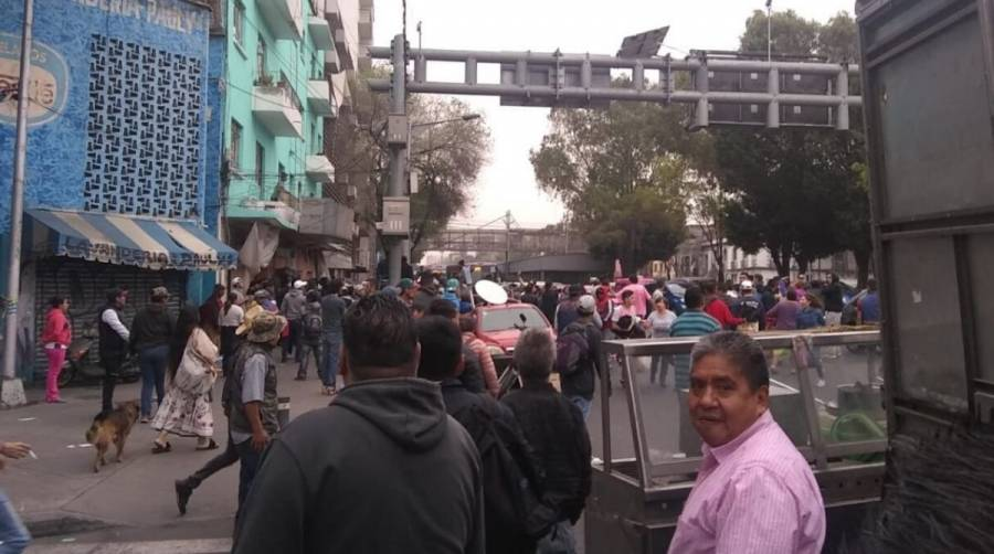Bloquean Calzada San Antonio Abad por desalojo de inmueble