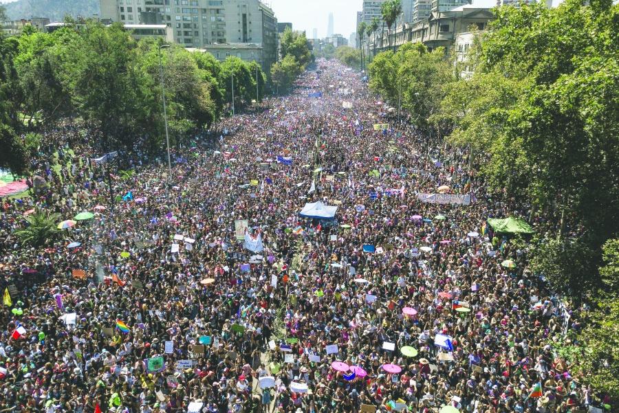 Millones desbordan calles  de Chile; policía las reprime