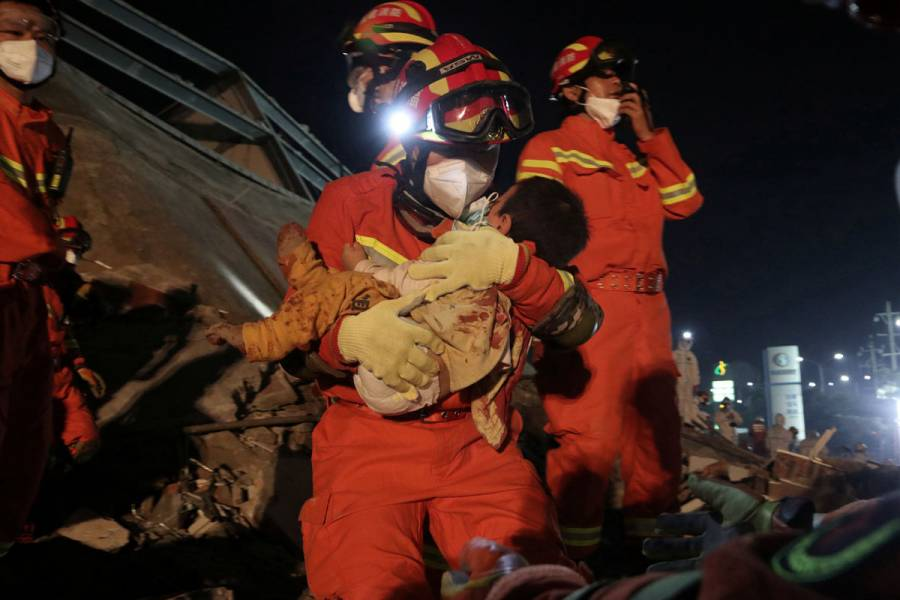 Muertos en derrumbe de hotel en China ascienden a 10