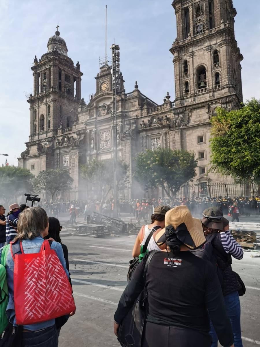 Pintas y bombas molotov en el Zócalo; feministas se deslindan, acusan a infiltrados