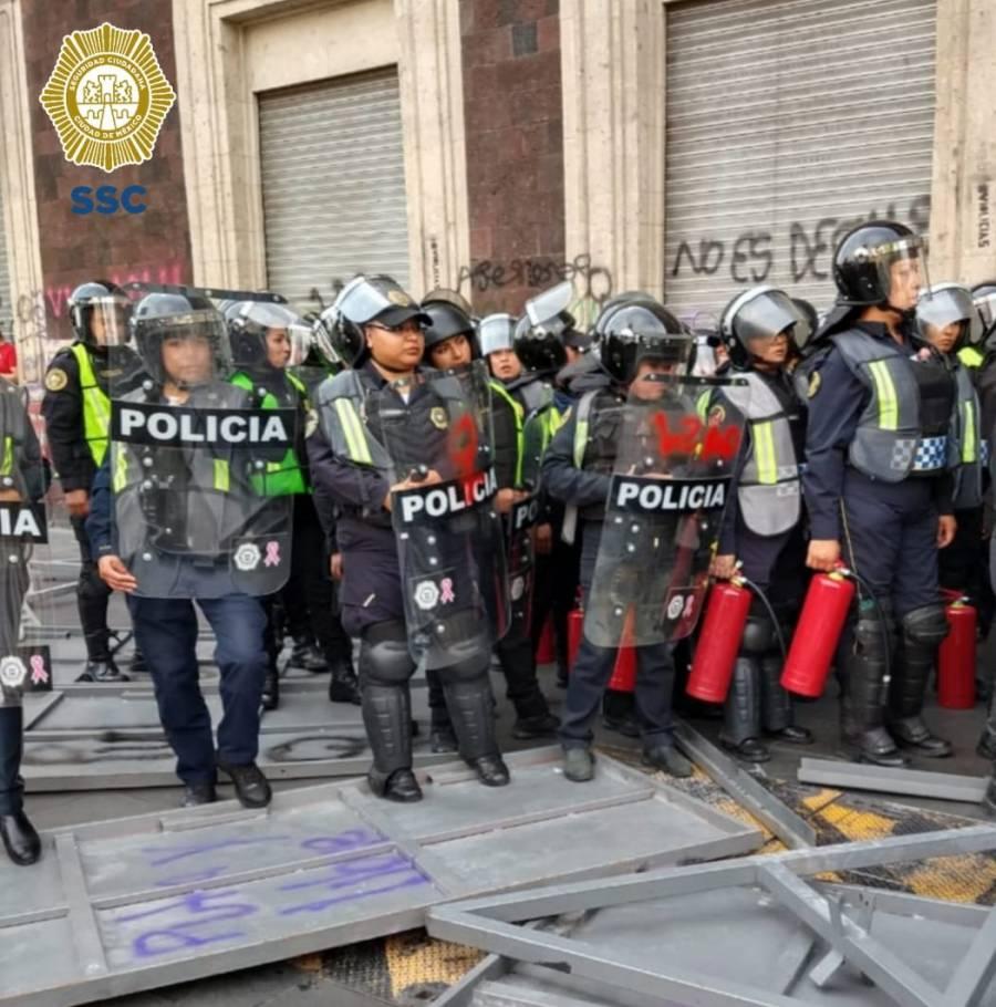 Ante ataques con petardos, elementos policiacos auxilian a víctimas