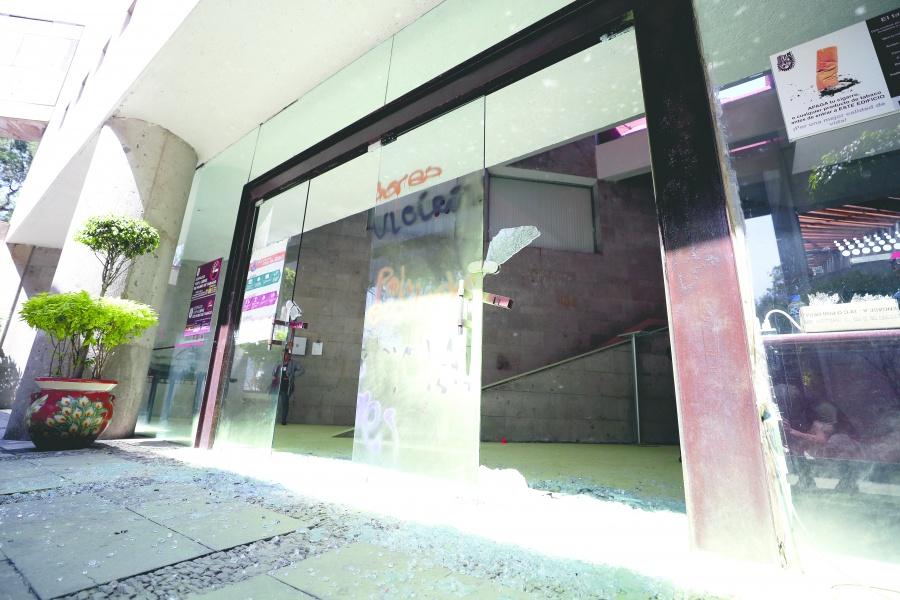 30 irrumpen en el IPN y vandalizan