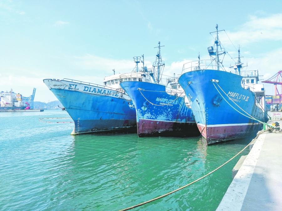 Hunden tres barcos para crear arrecifes artificiales