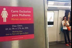 Mujeres bajan a dos ancianos de vagón exclusivo para mujeres y se genera polémica