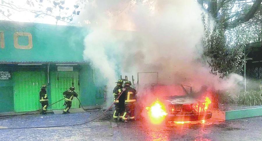 Ahora encapuchados queman camioneta en CCH