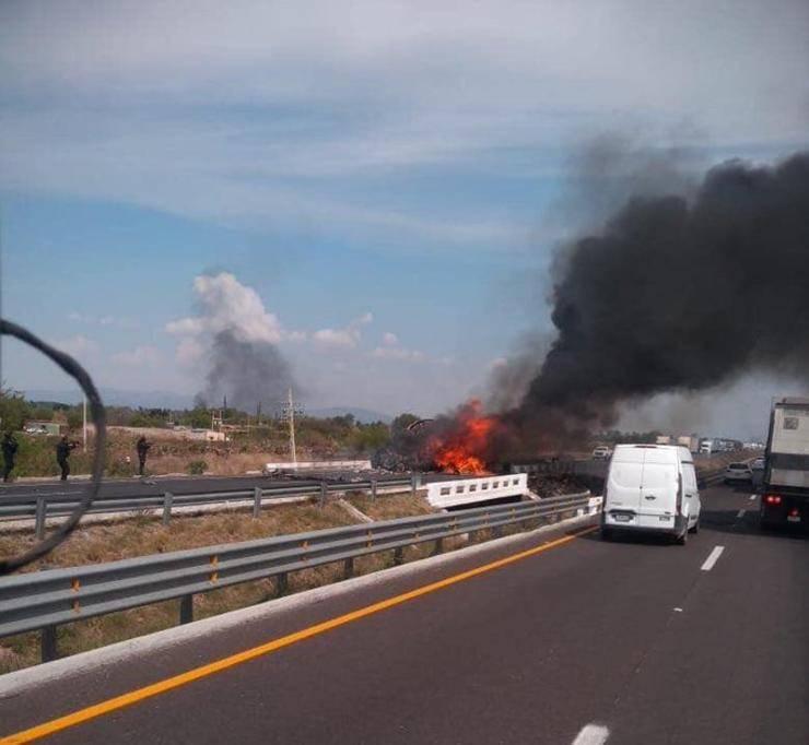 Reportan narcobloqueos en carreteras de Guanajuato