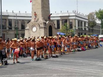 Integrantes de los 400 pueblos protestan semidesnudos en Segob