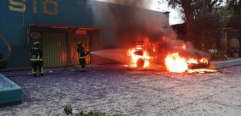 Encapuchados prenden fuego a camioneta en el CCH Azcapotzalco