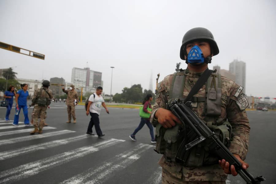 Militares patrullan calles de Perú por emergencia del Covid-19