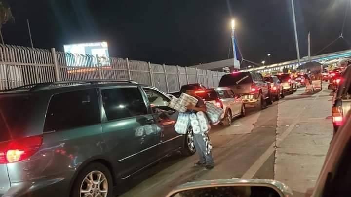 Ambulantes venden papel de baño en la frontera