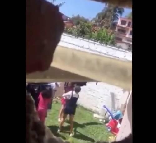 Captan a mujer golpeando a sus hijas en Xalapa