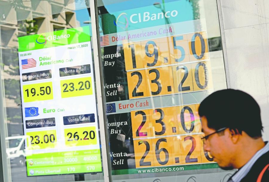 La buena: gasolina barata; la mala: peso y crudo al piso