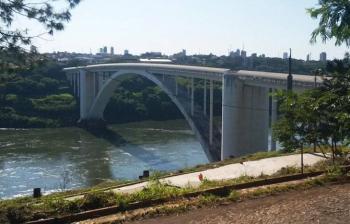 Paraguay cierra puente internacional con Brasil para evitar Covid-19