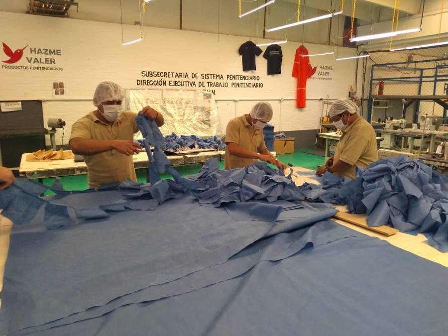 Personas en centros de reclusión elaboran cubrebocas