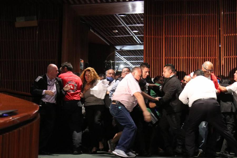 Mario Delgado llama a la calma a trabajadores de San Lázaro que dieron portazo al pleno