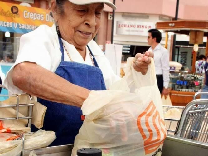 Adultos mayores desafían al coronavirus para empacar en Supermercados