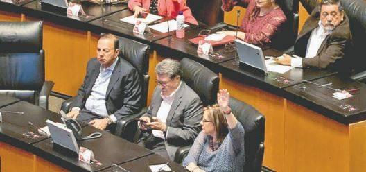 Senadores critican reelección sin dejar cargo