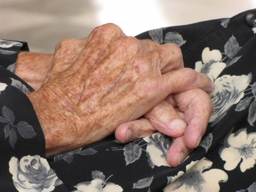 En Irán, dan de alta a mujer de 103 años que se curó de COVID-19