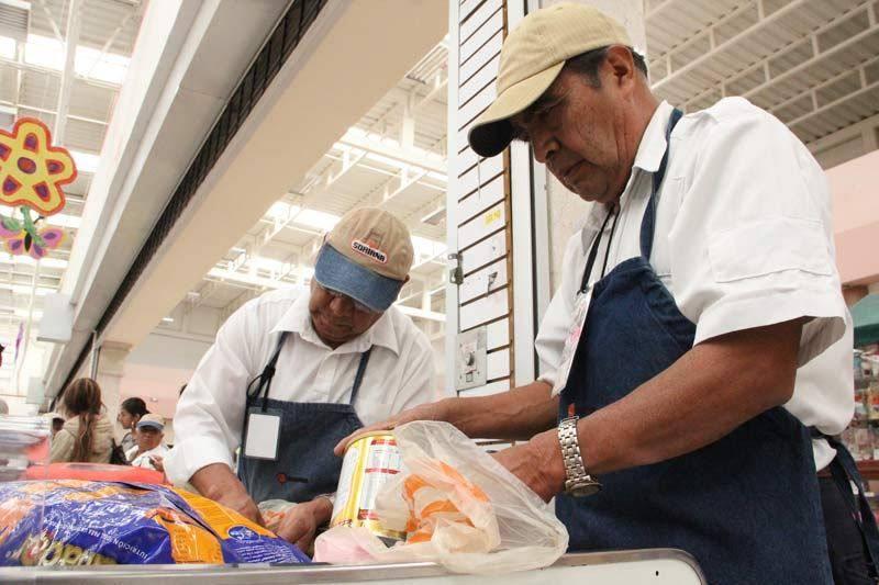 Walmart y Soriana mandan a casa a empacadores de la tercera edad