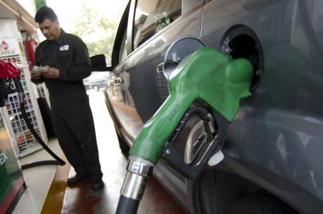 Miente AMLO, gasolinas bajaron por desplome del precio del petróleo, no por política suya: PRD
