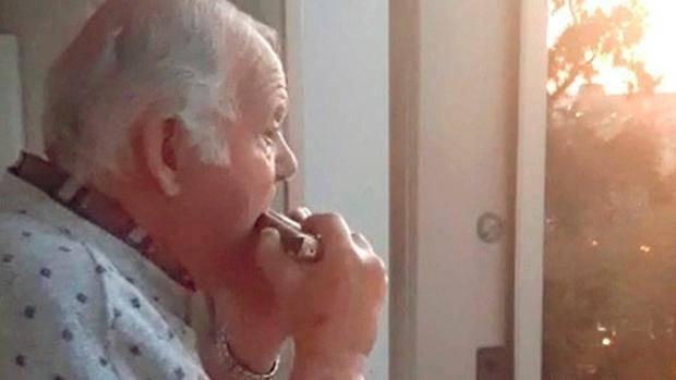Abuelo con alzhéimer toca la armónica cuando cree que sus vecinos aplauden