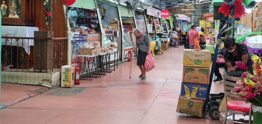 Pese a la fase 2, adultos mayores siguen en calles
