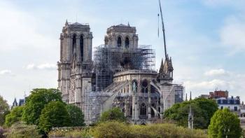 Sujetos intentan robar dentro de la Catedral de Notre Dame