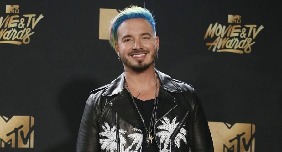 Video: J Balvin pide matrimonio a conductora mexicana
