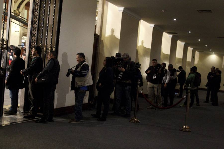 Médicos revisan a reporteros de la conferencia de AMLO