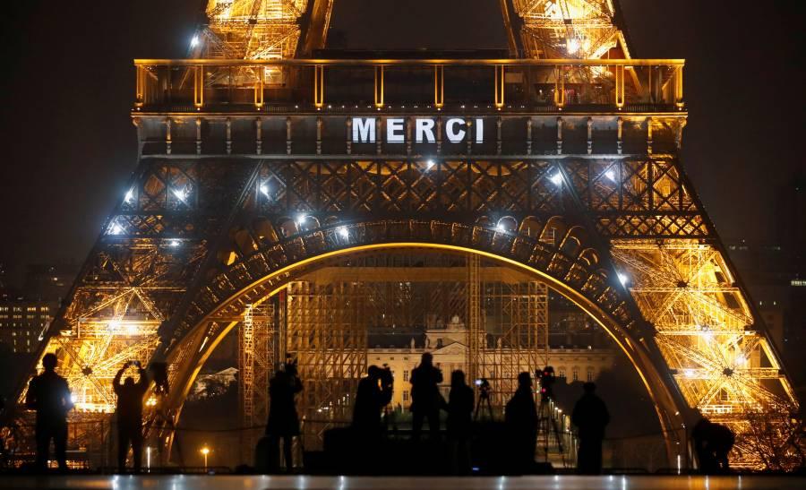 Torre Eiffel se ilumina y rinde homenaje a quienes combaten al Covid-19