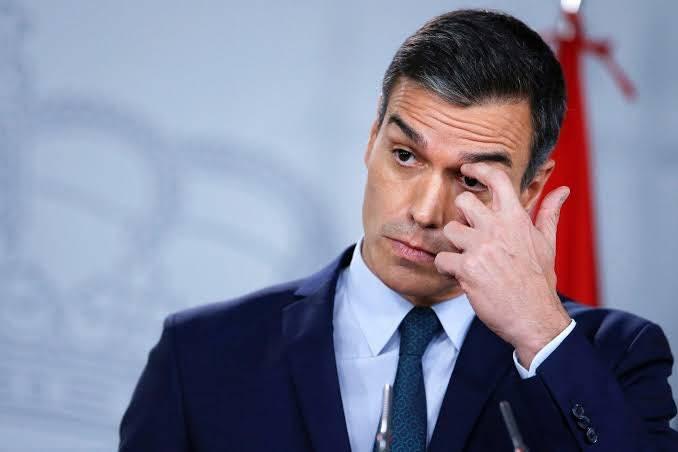 Pedro Sánchez rectifica a paralizar actividades no esenciales en España