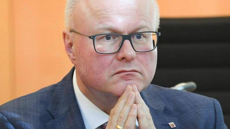 El ministro de Finanzas se suicida por Covid-19