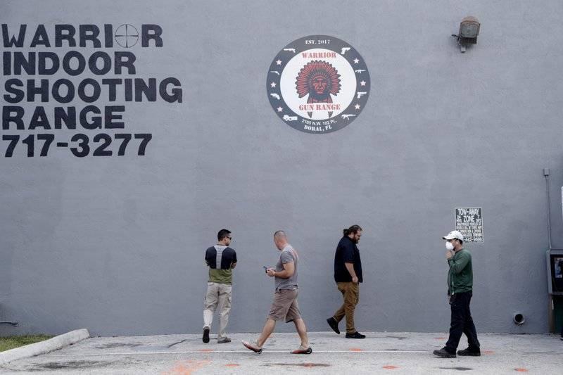 Aprueban tiendas de armas como negocios esenciales en Los Ángeles