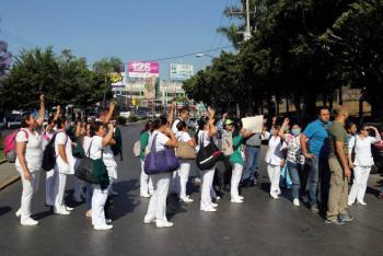 Trabajadores del IMSS protestan en Eje Central por falta de insumos