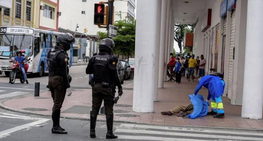 Lucha Guayaquil, Ecuador, por dar entierro a víctimas del Covid-19