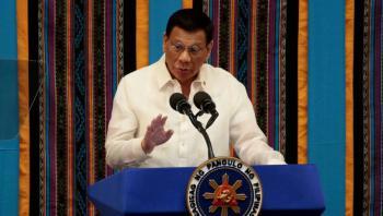 Amenaza presidente de Filipinas con disparar a infractores de la cuarentena
