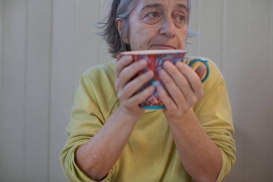 Pide OMS llamar a diario a adultos mayores aislados por Covid-19