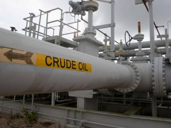 Petróleo se dispara tras recorte al bombeo de Arabia Saudita y Rusia