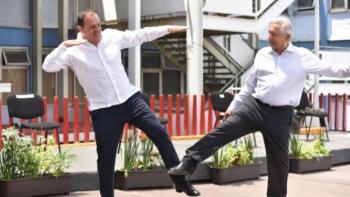 """AMLO y Cuauhtémoc Blanco inventan saludo a la """"cuauhtemiña"""" ante Covid-19"""