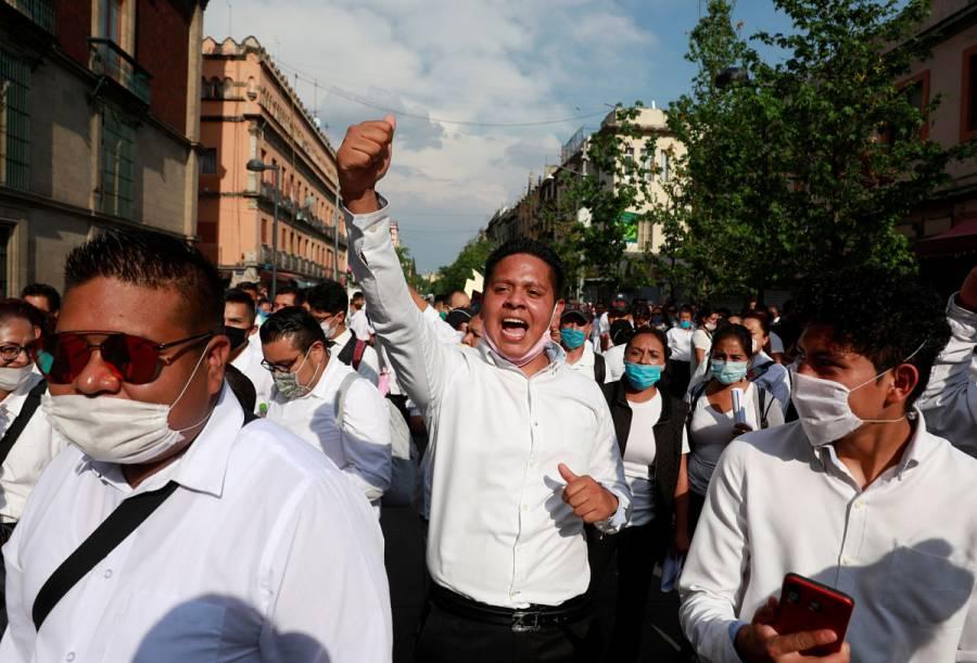 Meseros mantienen protesta por cuarentena en Palacio Nacional