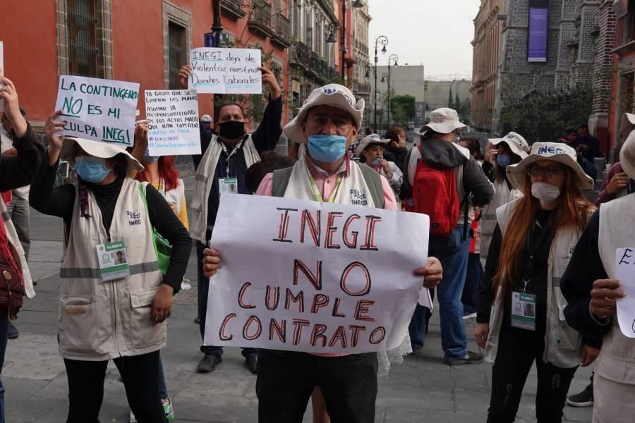 Encuestadores del Inegi protestan en Palacio Nacional por despidos