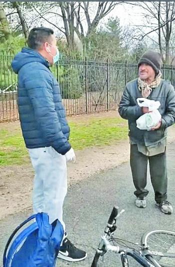 En medio de la pandemia, en Nueva York, mexicano regala comida a los sin hogar