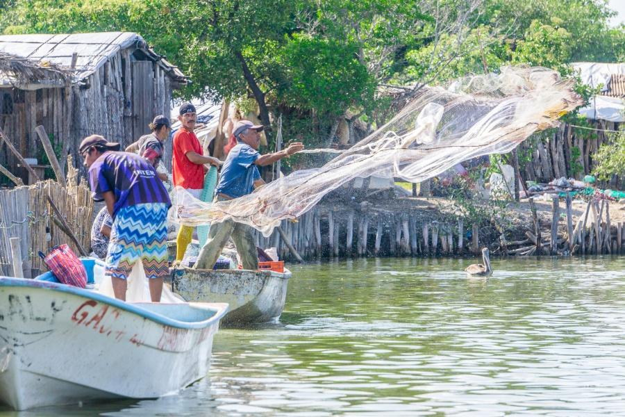 Agricultura entrega apoyos a pescadores
