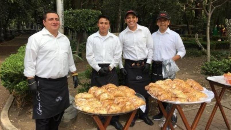Meseros venden empanadas en Parque México durante la crisis por Covid-19