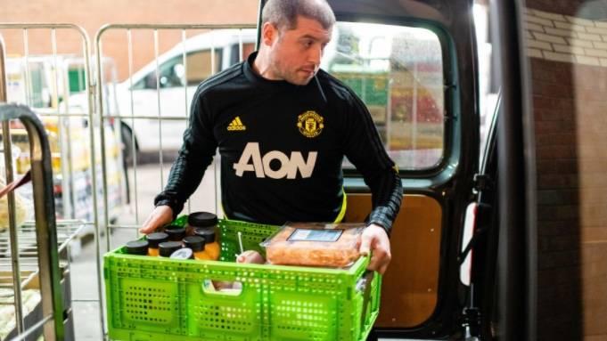 Manchester United dona alimentos y bebidas a organizaciones benéficas