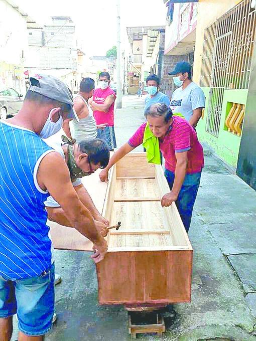 Josep Guillén construye féretros a bajo costo en Guayaquil