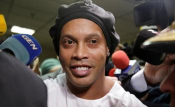 Ronaldinho sale de prisión y cumplirá arresto domiciliario